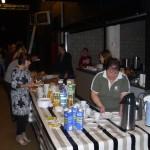 De vrijwilligers van de gezinsbond vullen het rijke ontbijtbuffet aan